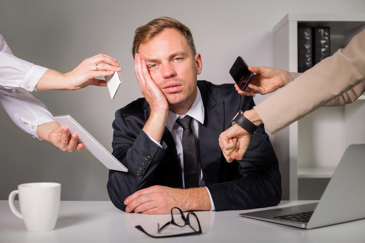 Trøtt overarbeidet mann