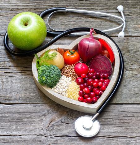 Sunn mat lagt i hjerte form med et stetoskop