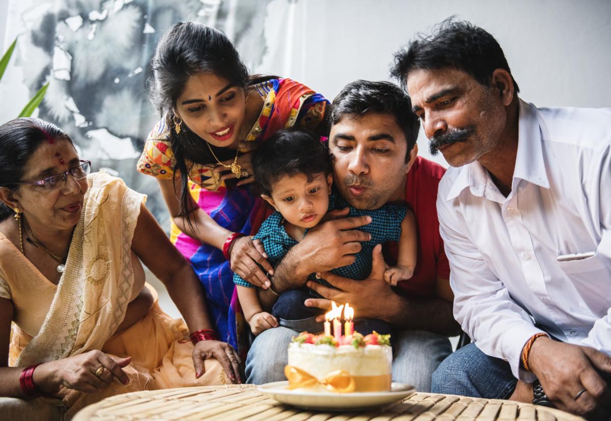 Indisk familie feirer bursdag