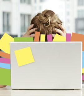 Overarbeidet kvinne bak en skjerm