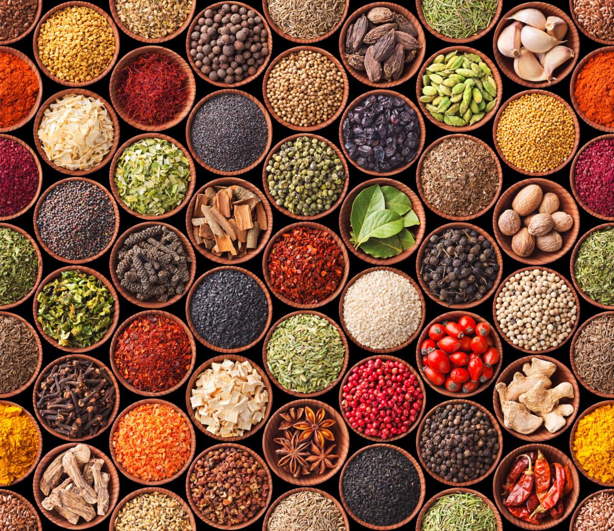 Ulike krydder i skåler